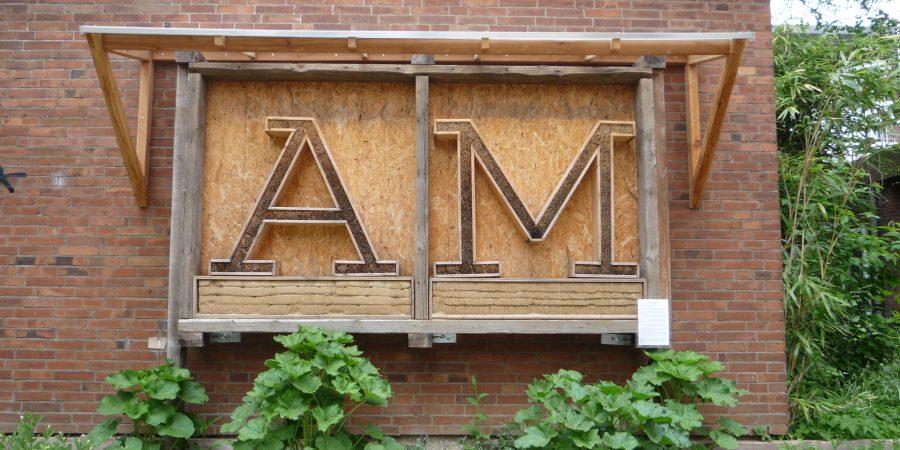 Initialen der Alten Muthesiusschule als Insektenhotel an der Hauswand