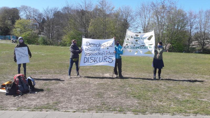 Kieler demonstrieren für die Grundrechte
